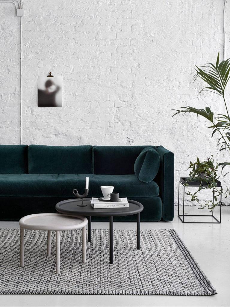 Indretning af stue med farvet sofa - boliginspiration