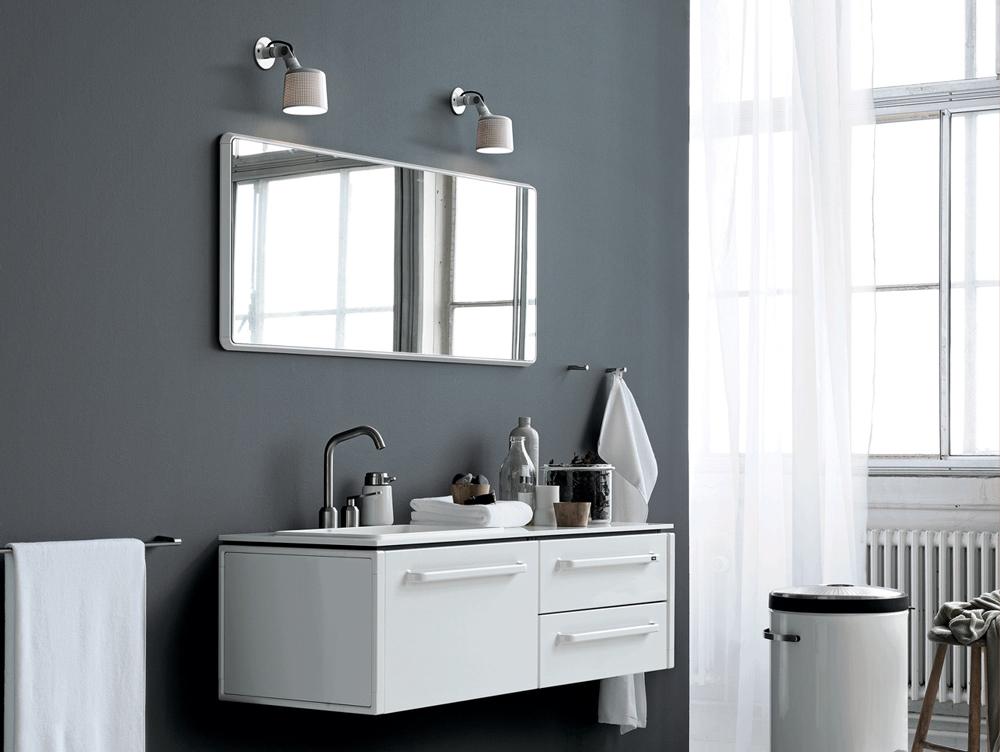 lys over spejl badeværelse