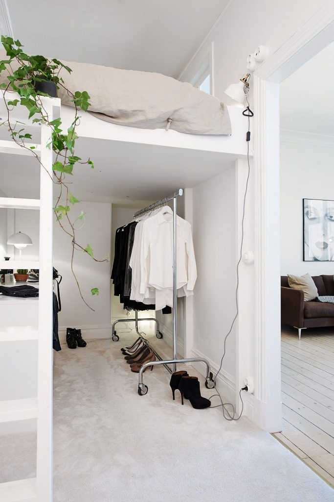 En studielejlighed med et utraditionelt soveværelse -