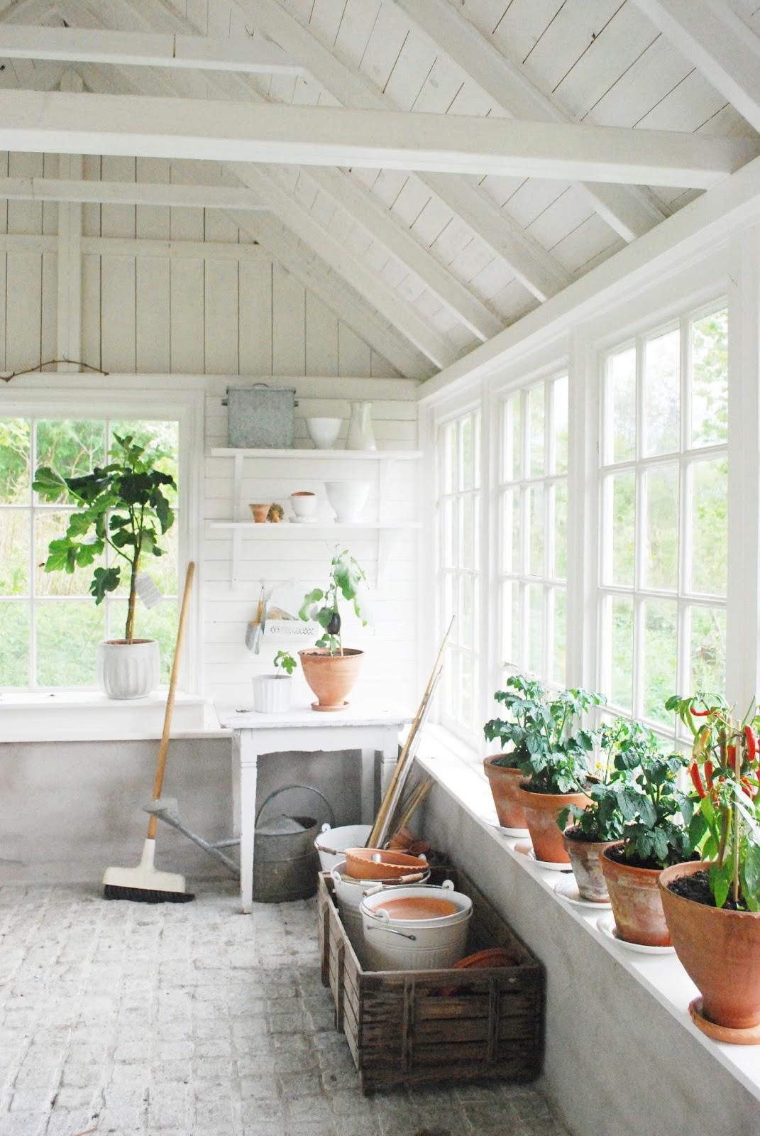 Grøn idyl med hjemmebygget orangeri -