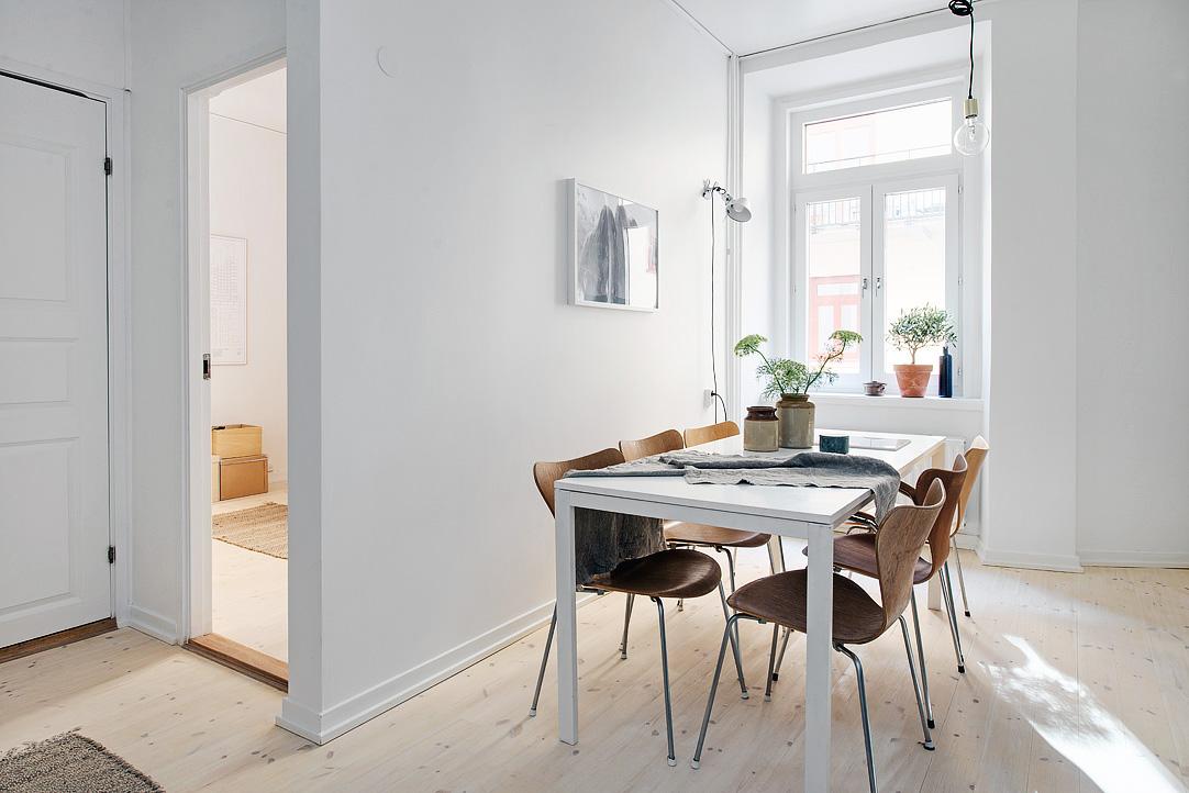 Elegant køkkenindretning med marmor og messing