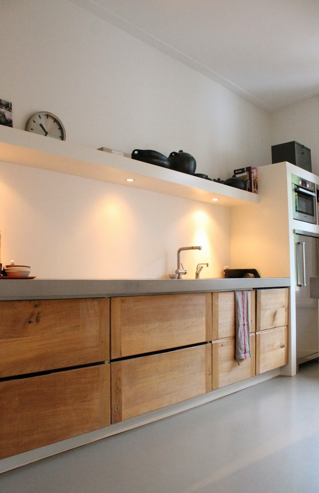 Køkkenbordplade i beton indrettet med træmaterialer