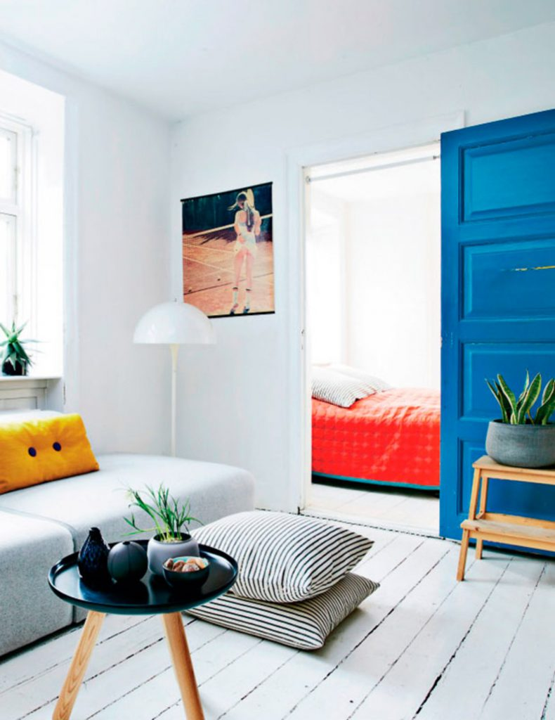 Farvet dør i indretning_inspiration_altomindretnin_1