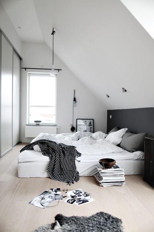 Soveværelse indrettet med sort væg farve