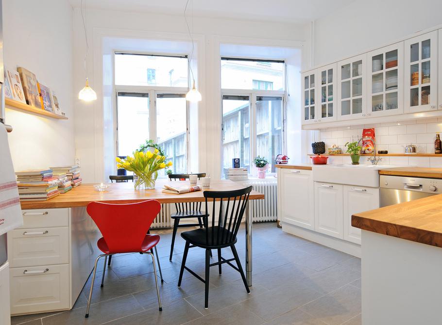Køkkenindretning med lille spiseplads   boliginspiration